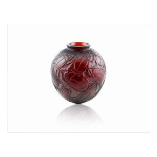 Cartão Postal Vaso de vidro do art deco vermelho com scarabs.