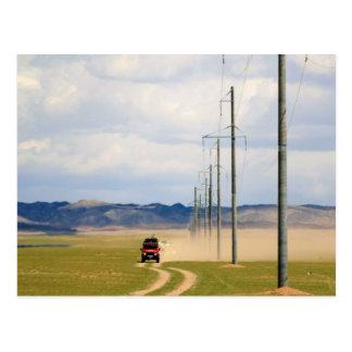 Cartão Postal veículos 4X4 na estrada de terra, deserto de Gobi