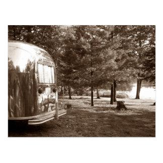 Cartão Postal Viagem de acampamento retro do reboque do viagem