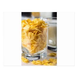 Cartão Postal Vidro do cereal seco e um vidro do leite