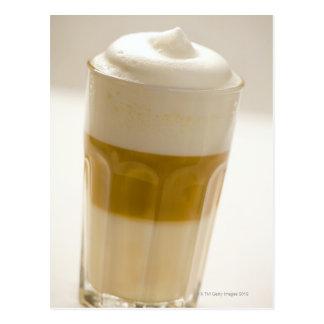 Cartão Postal Vidro do macchiato do latte, fim acima