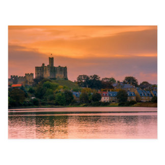 Cartão Postal Vila e castelo de Warkworth no por do sol