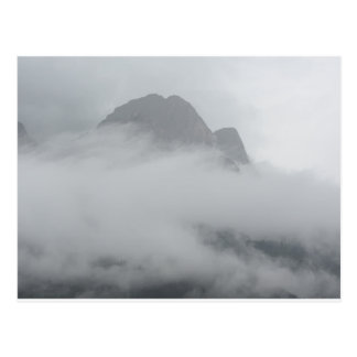 Cartão Postal Vista panorâmica das montanhas na névoa