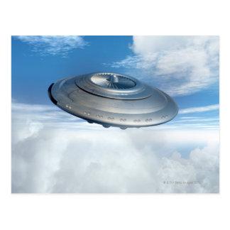 Cartão Postal Vôo do UFO através dos céus nebulosos