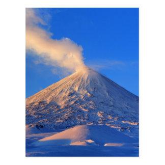 Cartão Postal Vulcão ativo de Kamchatka Klyuchevskoy no nascer