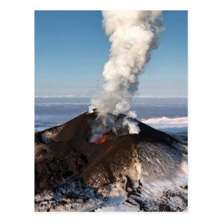 Cartão Postal Vulcão da erupção da cratera: lava, gás, vapor,