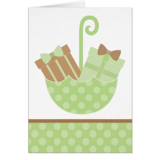 Cartão Presentes verdes do bebê no guarda-chuva