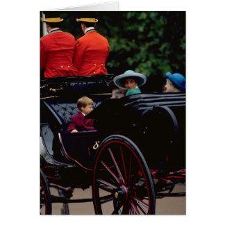 Cartão Príncipe William e princesa Diana na alameda