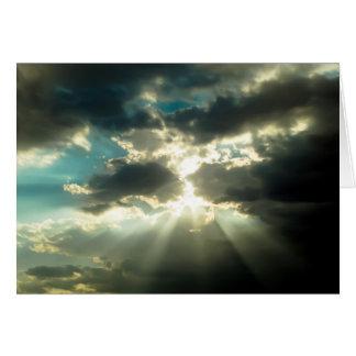 Cartão Raios de Sun através das nuvens