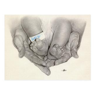 Cartão recém-nascido das mãos dos pés do bebê cartão postal