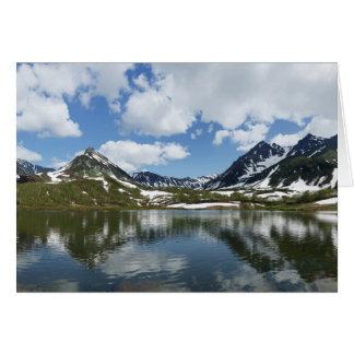 Cartão Reflexão do céu e das nuvens no lago da montanha