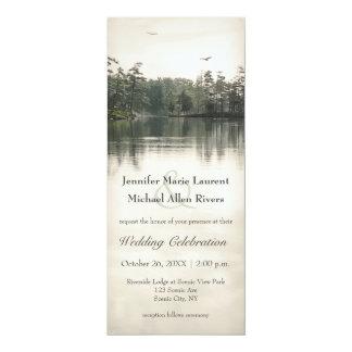 Cartão reflexão rústica tranquilo dos evergreens do lago
