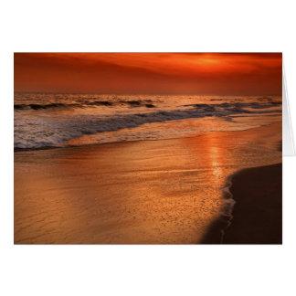 Cartão Reflexões do por do sol fora das nuvens e da costa