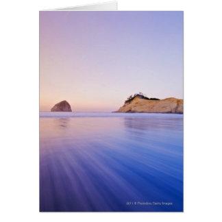 Cartão Rocha do monte de feno em ondas azuis borradas
