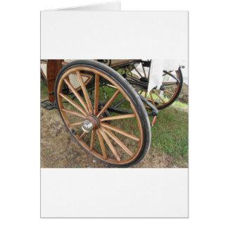 Cartão Rodas traseiras da carruagem antiquado do cavalo