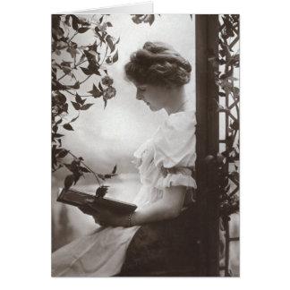 Cartão romântico da mulher da leitura