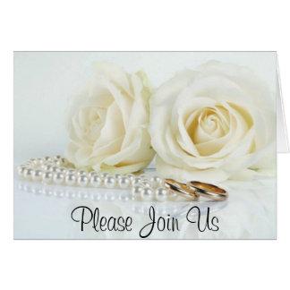 Cartão Rosas brancos, pérolas & alianças de casamento -