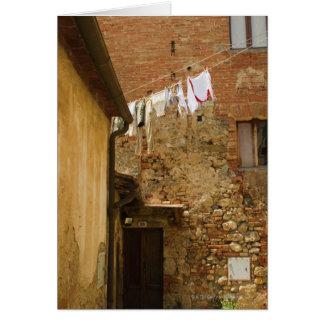Cartão Roupa que pendura para secar em um clothesline,