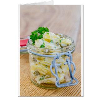 Cartão Salada de batata em um frasco em de madeira