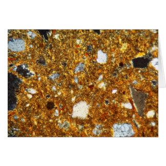 Cartão Seção fina de um tijolo sob o microscópio
