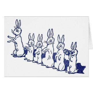 Cartão Seis coelhos sentam acima e aplaudem suas patas
