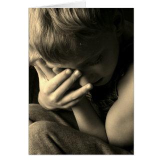 Cartão Sepia triste do menino