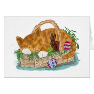 Cartão Sesta do gato em uma cesta da páscoa
