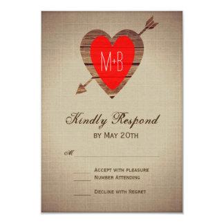 Cartão Seta vermelha rústica do coração que Wedding