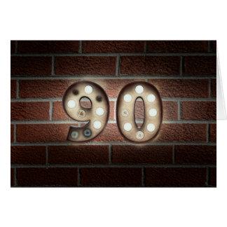 Cartão sinal da luz do aniversário-famoso do 90 no tijolo