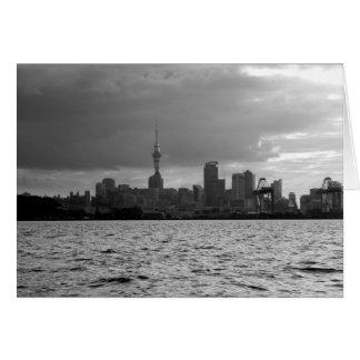 Cartão Skyline preto e branco de Auckland