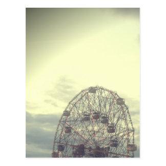 Cartão sonhador da roda de Ferris do carnaval Cartão Postal