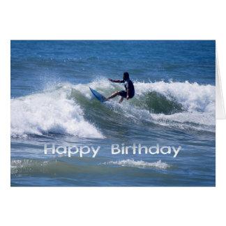 Cartão Surfista do feliz aniversario que monta uma onda
