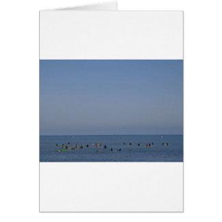 Cartão surfistas que esperam uma onda