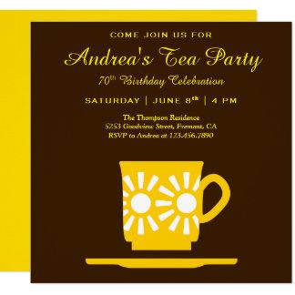 Cartão Tea party amarelo moderno do aniversário do copo