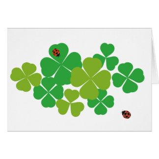 Cartão Trevo e Ladybug_St de quatro folhas. O dia de
