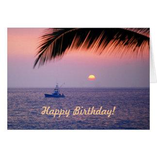 Cartão tropical do por do sol do barco de pesca do