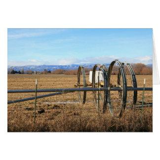 Cartão Tubulações da irrigação no campo