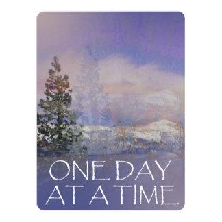 Cartão Um dia em uma neve das colinas das árvores do
