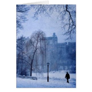 Cartão Um homem que anda no Central Park em uma noite do