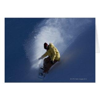 Cartão Um snowboarder masculino trava a última luz em a