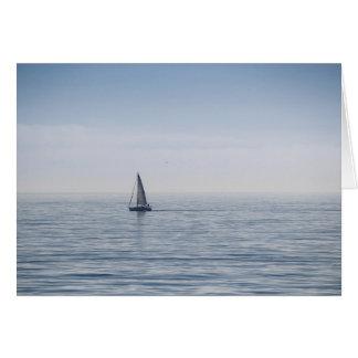 Cartão Um veleiro em um mar calmo