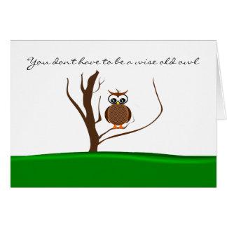 Cartão Uma coruja/duas corujas que sentam-se em uma