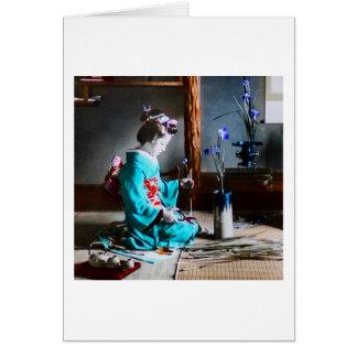 Cartão Uma gueixa que arranja a íris floresce o vintage