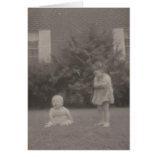 Cartão uma irmã mais idosa do vintage olha o irmão