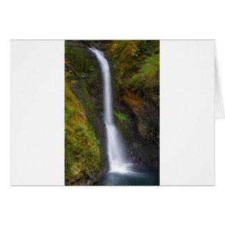 Cartão Uma mais baixa angra do montículo cai no Outono