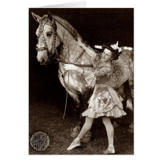 Cartão Uma menina e um cavalo do circo