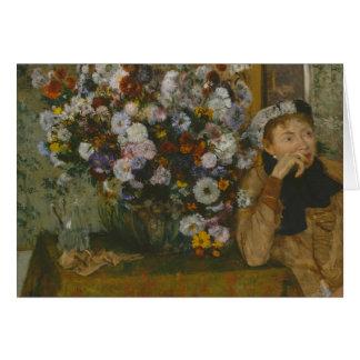 Cartão Uma mulher assentada ao lado de um vaso das flores