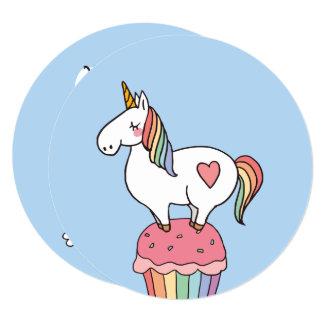 Cartão Unicórnio bonito do arco-íris no cupcake do