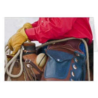 Cartão Vaqueiro no cavalo que veste rachaduras do couro