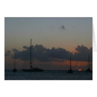 Cartão Veleiros no Seascape tropical do por do sol